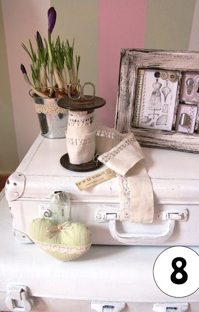 valigie sbiancate e quadretto handmade - un tè con le amiche