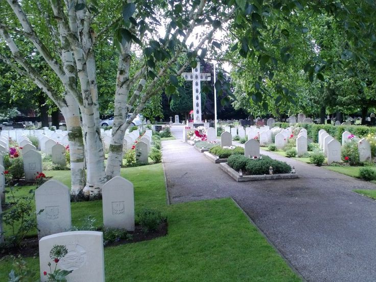 NEWARK (Nottinghamshire) - Polish War Graves (including General Sikorski). Also see: https://newarkcemeteryuk.wordpress.com/