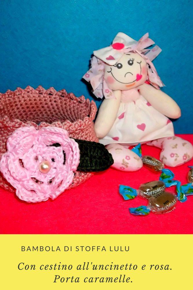 Progetto creativo Uncinetto & Cucito. Mio progetto. Tutto fatto a mano. La Bambola di stoffa Lulu, con Cestino all'uncinetto (Punto Basso, Punto Pippiolini, Rosa con perla e foglia), Porta Caramelle o Porta Makeup. La Bambola può muovere le braccia e le gambe, semplice viso dipinto e capelli fatti con strisce di tessuto. Cestino alto 8 CM. con 36 CM. di circonferenza. Può essere un'idea decorativa, o un regalo.