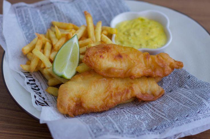 Hemmagjord fish and chips med hemmagjord remouladsås. Himmelskt gott! Mycket godare än köpes och en given succé.Rulla brödet och lägg i tidningspapper för att få en riktig Fish and chips känsla!