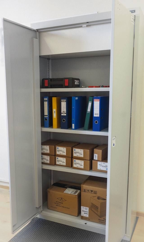 Automatyczna szafa RFID Smart Cabinet z czytnikiem RFID rejestruje wszystkie przedmioty pobierane i zwracane