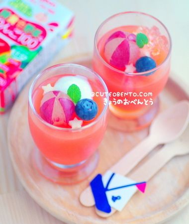 Top summer jelly - the beach balls are grapes with some of the skin peeled away. #bento♥
