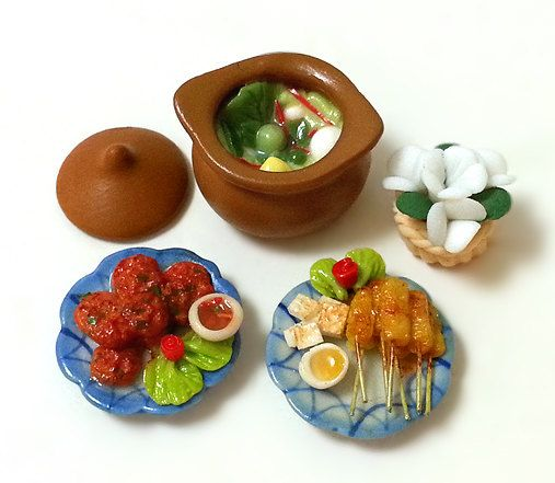1:12 SCALE DOLLHOUSE MINIATURE ASIA/THAI FOOD    1 claypot green curry (with lid) = 3.1cm(L) x 2.6cm(H)  1 plate fried fishcakes = 2.6cm diameter  1