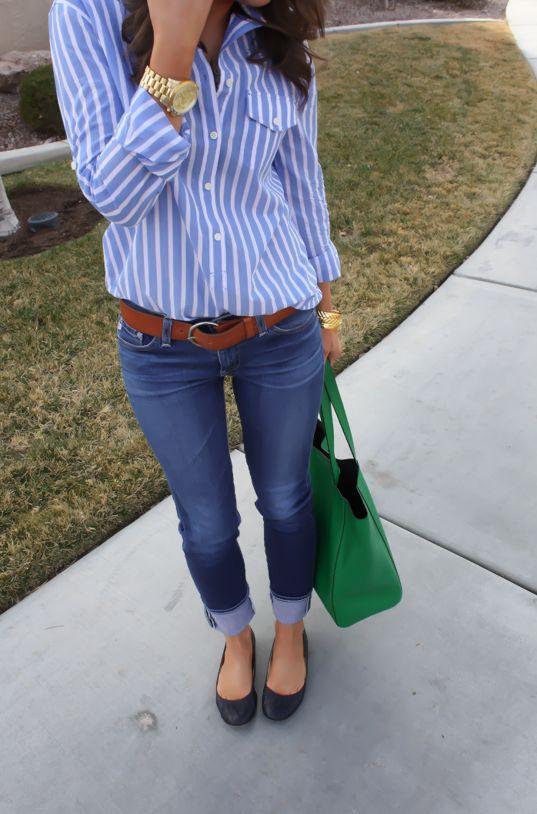 un pantalón de mezclilla azul