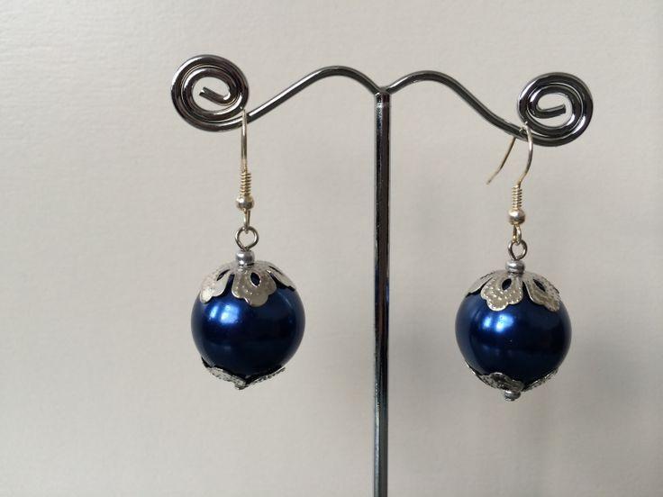 Oorbellen met grote blauwe parel