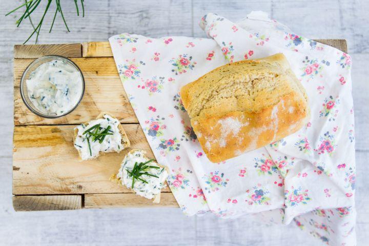 Príprava domáceho pečiva je veľmi jednoduchá. Pozri si náš recept na domáci špaldový chlebík s pažítkovou pomazánkou. Budeš mať super raňajky.