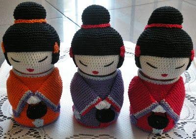 Muñecas Kokeshi Amigurumi - Patrón Gratis en Español aquí: http://smallthingsofcrochet.blogspot.com.es/2012/08/patron.html
