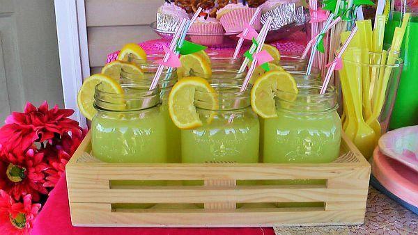 Słoiki mogą także posłużyć jako szklanki do pysznej lemoniady.