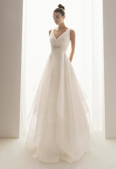 I think this is one of my favourite wedding gowns EVER!! It is simple, yet elegant, such a lovely flow to it, and with a bit of sparkle it is heavenly.