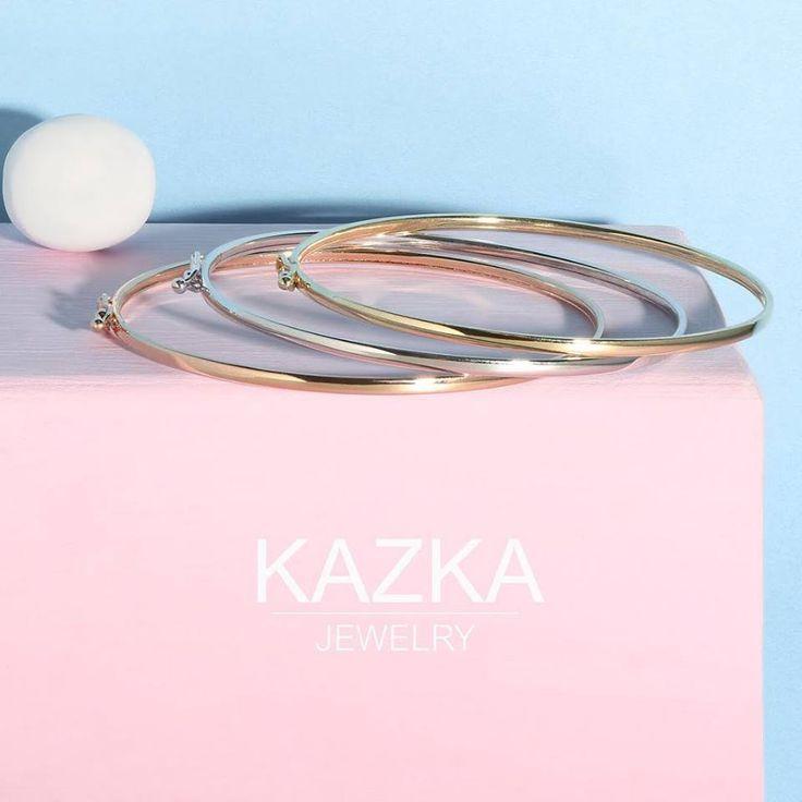 А вы знали, что жесткий браслет можно носить прямо поверх рукава? Украшение может выполнять функцию манжета или «держать» засученный рукав. Так или иначе, надетый на запястье жёсткий браслет, подчеркнёт изящность вашей руки😉  Посмотреть браслеты в интернет-магазине kazka.ua - https://goo.gl/pTVJgG