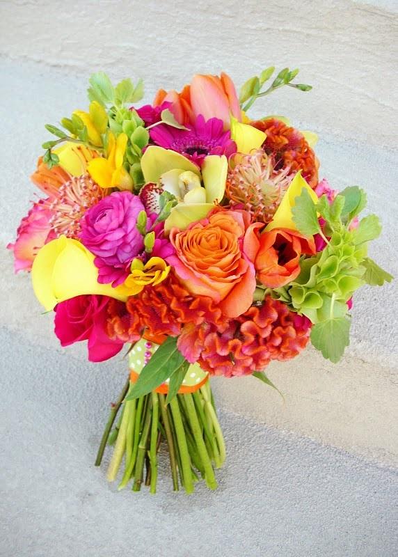 Clássicas, as rosas compõem lindos buquês de noiva, seja sozinha ou acompanhadas de lírios, flores do campo e - porque não? - suculentas! #primaveragarden #casamento #buquedenoiva #ideiacasamento