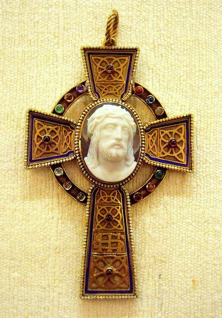 Cross pendant: