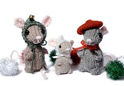 A wee little mouse to decorate your tree, or for your little one to play with. The mouse can be knit flat or in the round. There are two hat options: a hood that is knit flat, and a beret that is knit in the round.