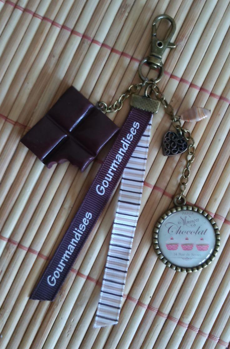Bijoux de sac, sur le thème de la gourmandise et chocolat. Cabochon et morceau de chocolat en pâte fimo.