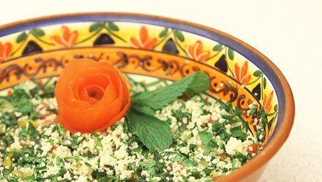 Quoi de plus rafraîchissant qu'une bonne salade ? Que dites-vous d'un bon taboulé ? Cette salade orientale a tout bon. Dans cette vidéo, Simo Hamzaoui, chef à domicile pour http://www.invite1chef.com/, illustre la technique pour préparer un bon taboulé à l'orientale. Vite fait bien fait, cette salade a de quoi séduire. La douceur de la semoule associée au parfum de la menthe, de la coriandre, du basilic et du persil ainsi qu'aux couleurs survitaminées de la tomate et du poivron...
