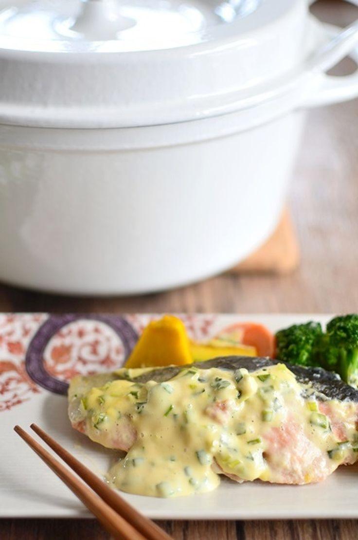【バーミキュラ・レシピ】秋鮭の香味マヨ焼き by バリ猫(ゆっきー) / バーミキュラで季節の野菜と一緒に蒸し焼き。ソースには白味噌をプラスしてちょっと和風に仕上げます。 / Nadia