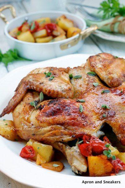 Жаркое из курицы с картофелем под бальзамическим уксусом<br><br>- на 4 порции<br>1 целая курица (около 1 кг), разделать<br>5 столовых ложек бальзамического уксуса<br>1-1/2 столовые ложки сушеного орегано<br>Соль, перец<br>Оливковое масло<br>800 грамм картофеля, нарезать кубиками<br>150 г помидоро..