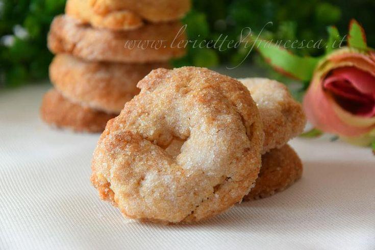 Le ciambelle al vino sono deliziosi biscotti al vino bianco secco con l'aggiunta della farina di nocciole. Facili e veloci.