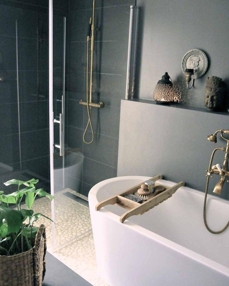 kjekt med dusj og badekar. Se ekstra rom med hylle på vegg for innlegg av rør?