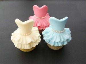 Cómo hacer un cupcake de vestido. http://ideasparadecoracion.com/como-hacer-un-cupcake-de-vestido/