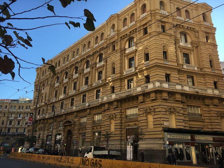 Huis in Napoli, Italië. L'alloggio si trova in un contesto signorile, all'interno di un palazzo d'epoca nel cuore del centro storico. Vicinissimo al Duomo e ai maggiori punti di interesse della città, l'appartamento è sito in viale vivace, con negozi per lo shopping di o...