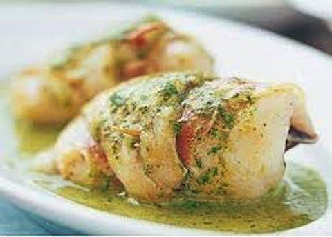 trance di cernia, 1 kg.  cipolla fresca, 1  spicchi d'aglio, 2  prezzemolo, 1 mazzo  olio di oliva, 4 cucchiai  vino bianco secco, 1/2 bicchiere  sale e peperoncino, q.b.  Dosi per: 4 persone Tempo: 45 minuti   Difficoltà: semplice    Preparazione:  1. In un tegame basso e largo mettete l'olio e soffriggete il trito finissimo di cipolla fresca, aglio e metà mazzo di prezzemolo insieme a un pizzico di peperoncino. 2. Innaffiate con il vino il soffritto e lasciatelo evaporare. Al termine di…