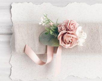 Ramilletes de muñeca hermosa con la vegetación, frutos y flores de rosas, blancos, cremas pálido. Otra pulsera ramillete https://www.etsy.com/listing/292344073/flower-wrist-corsage-bridesmaides?ref=shop_home_active_1 Todos los elementos será regalo llenado de forma gratuita. Ver mi tienda ➳ https://www.com/ru/shop/SERENlTY ---IMPORTANTE LEER--- Lista de espera es el ahora. Este artículo se hará y la nave después de 24 de junio. INFOR...