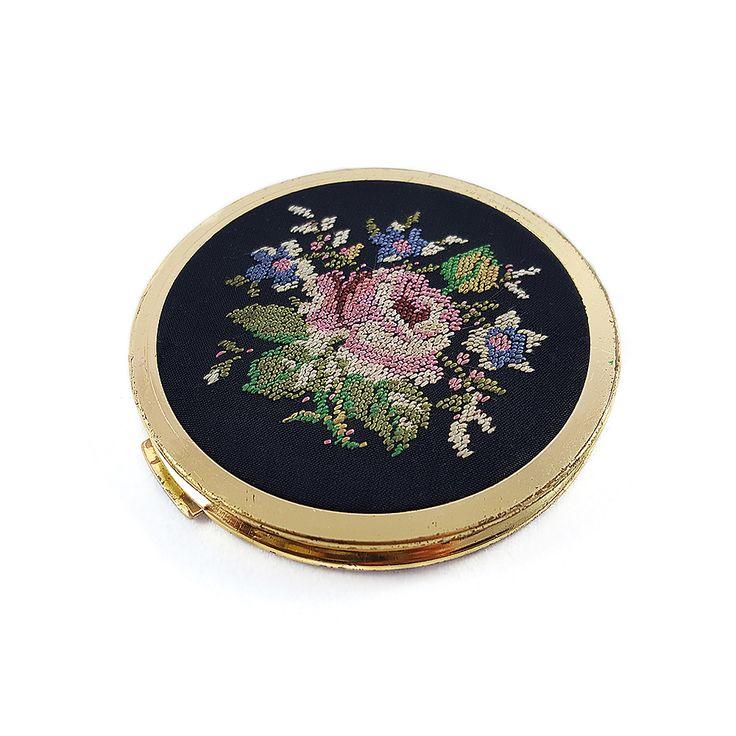 İpek üzerine elde işlenmiş petit point kanaviçe kapaklı ayna   pudralık seti çok nadir bulunan bir parça. Vintagedan vazgeçemeyenlere! Retrozade - Antika