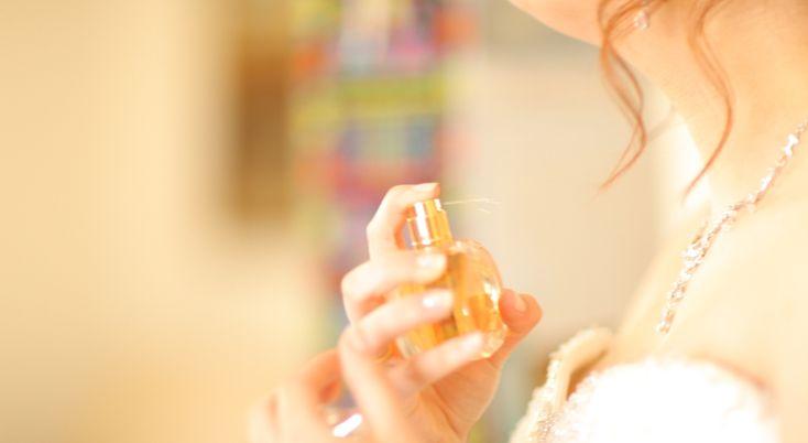foto N-am o istorie prea lungă legată de parfumuri. Din păcate, pe cât de mult le iubesc, pe atât de puțin le pot purta. De la cele mai multe dintre ele mi se face rău, dar asta a apărut mai târziu, când am început să schimb diverse miresme și să descopăr că mă lua cu ...