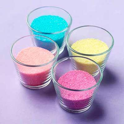 Spiseligt glimmer Antal: Til en lille skål glimmer Ingredienser: Fryseposer 30 g sukker 2 dråber frugtfarve Sådan gør du: Sukker hældes i en frysepose, o ..