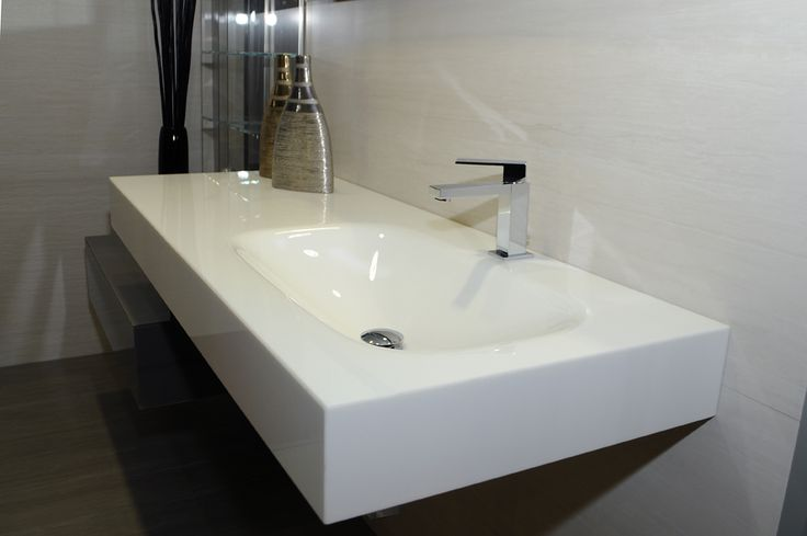 Box bagno nello showroom PRATOCERAMICA