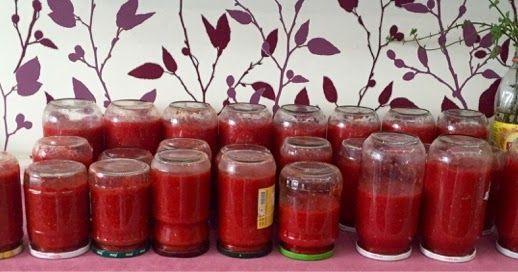 Bu yıl kışlıkları hazırlamak gecikti.  Bir süre dinlenmem gerektiği için kardeşim bana yardıma geldi ve o hazır gelmişken domates soslarımı yapıverdik :) Konservelik domateslerin sonunu yakaladım diyebilirim. Bir kasa kadar domates ve 5 kilo kırmızı biberle hazırladım bu yıl sosları.