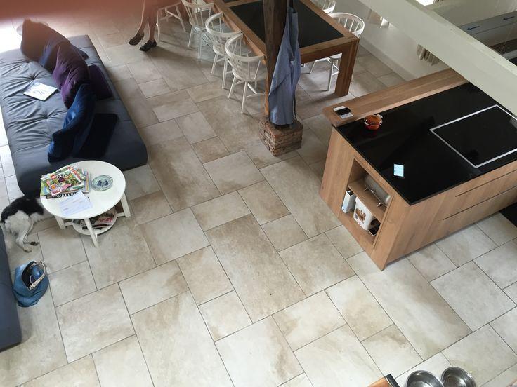 Een prachtige beige kasteelvloer passend bij de sfeer van deze 300 jaar oude woning in de bossen (56-CH). In de volgende maten verkrijgbaar: module, 50x100, 50x50, 33x50, 33x33 (keramische vloertegel, tegelvloer, plavuizen, woonkamer, keuken, hal) Tegelhuys