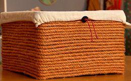 Caixa de papel Paraná revestida com corda, simplesmente linda! Quer saber como criar a peça? Veja o molde da caixa e siga o passo-a-passo no vídeo do 'Decora'.