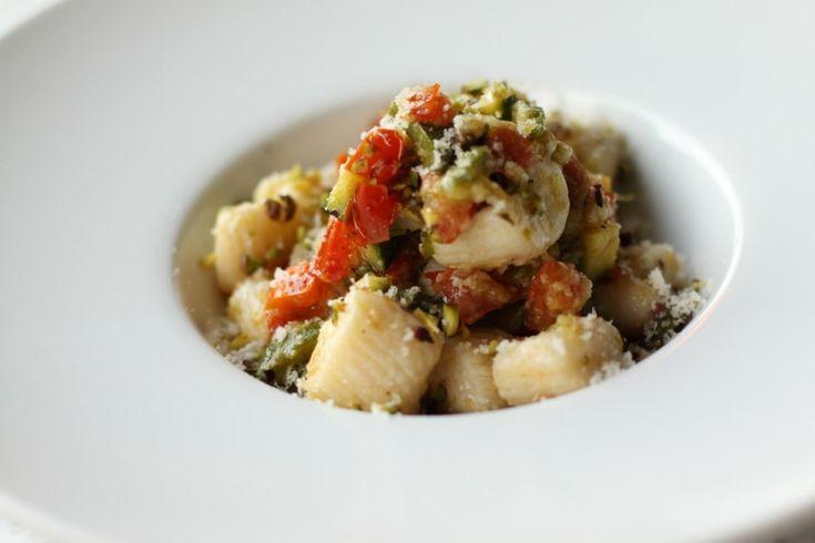 Gnocchi di ricotta al sugo di zucchine e pomodori