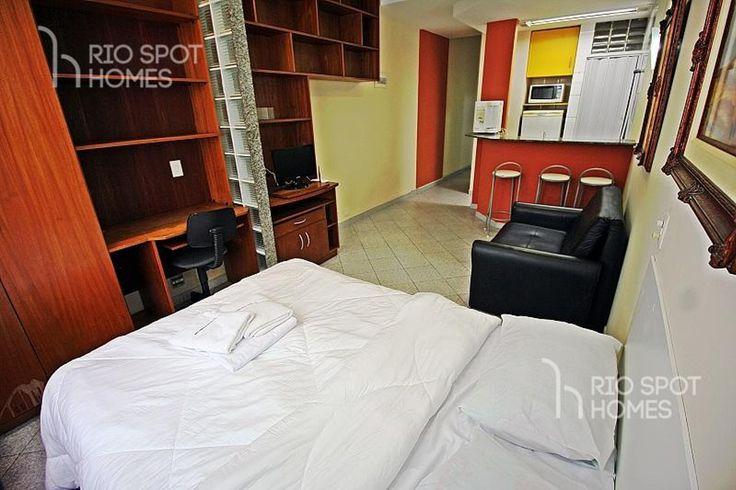 Conjugado em Copacabana para até 4 pessoas! Este apartamento para temporada econômico no Rio de Janeiro tem uma metragem de 32m² e esta dividido em quarto, banheiro e cozinha. O apartamento possui uma cama de casal, sofá-cama, TV LCD, Internet e ar condicionado. Internet sem fio já esta incluído no preço do nosso apartamento para temporada econômico no Rio de Janeiro. O imóvel localiza-se no 7° andar de um prédio seguro com portaria 24h, a 50m de distância até a famosa praia de Copacabana. A…