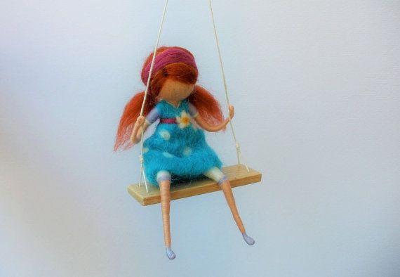 Roodharige meisje op een schommel met blauw gestippelde jurk, naald vilten, Waldorf Geïnspireerd