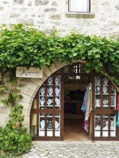 Saint-Cirq-Lapopie, France - Les Carnets de Gee ©