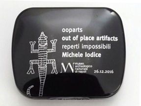 "Gadget mostra ""ooparts out of place artifacts reperti impossibili Michele Iodice"" 2016 Museo Archeologico Nazionale di Napoli"