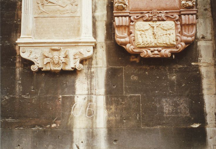 ウィーンのシュテファン大聖堂の正面の壁に、「05」と数字が刻まれています。   数字の「0」はアルファベット「O」(オー)のかわりで、「5」はアルファベット5番目「E」のことで、あわせてOE、Österreichの意味で、オーストリアのナチスへの抵抗を意味する暗号です。当時ウィーンのレジスタンスにより刻まれたそうです。