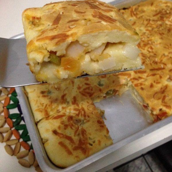 A Receita de Torta de Palmito Fácil é prática e fica uma delícia. Você só precisa bater os ingredientes da massa da torta no liquidificador, misturar os in
