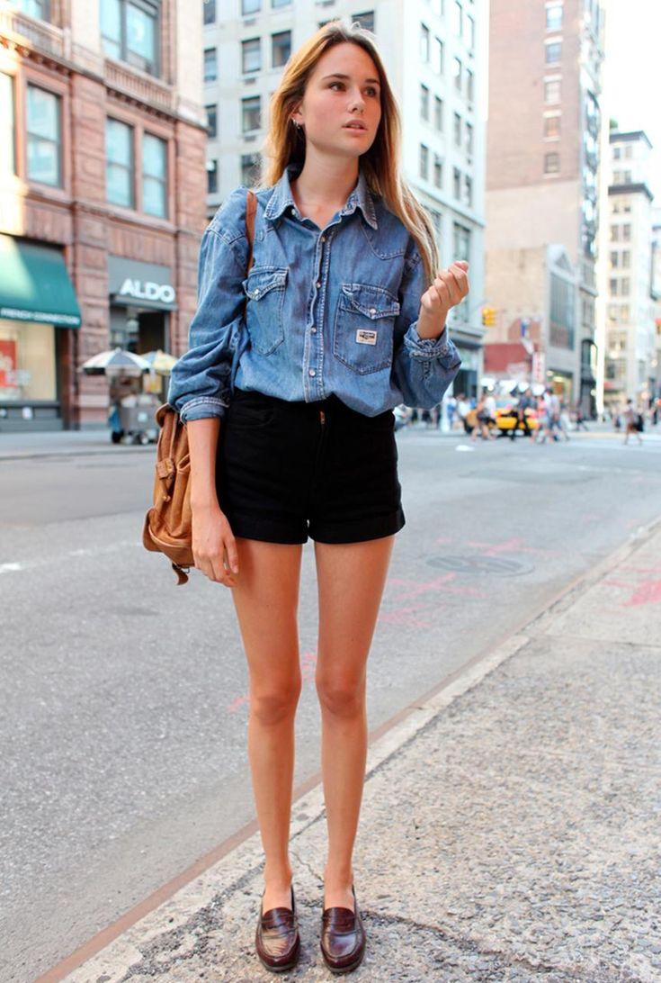 Conjunto camisa tejana azul, pantalones cortos negros, mocasines marrones y mochila marrón