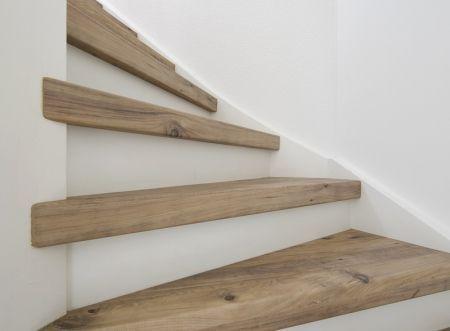 Mississippi Pine decor traprenovatie. Dit is een hele mooie kleur en houtstructuur, zeker in combinatie met de witte stootborden. Love it! Wil ik ook wel in mijn (volgende) huis!