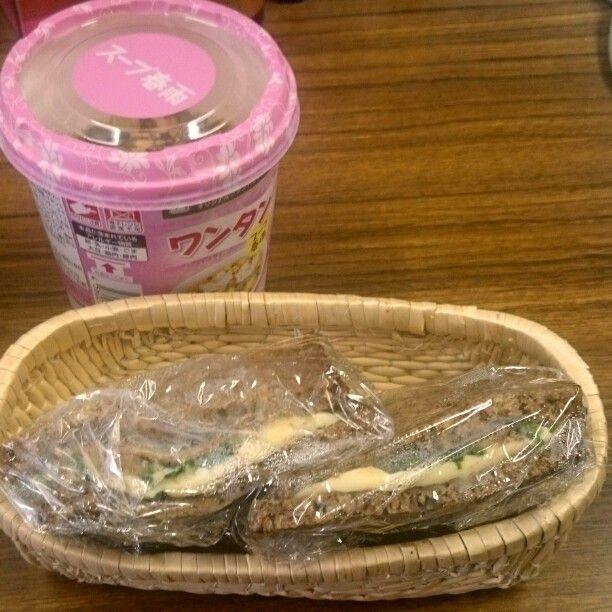 「ワンタン春雨スープとライ麦パンのサンドウィッチ。具はチーズと菜花、ハム、シチューの残りの具少々。」mihoemonさんがミイルに投稿したOfficeの写真(手料理:お弁当)です。ミイル(miil)はどんな料理もおいしく見せちゃう魔法のお料理カメラアプリです。おいしい写真はミイル(miil)におまかせ!