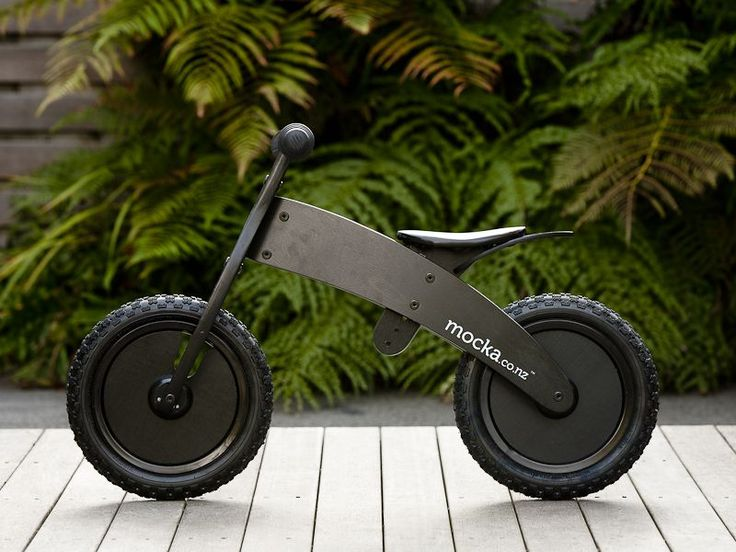 Love everything about this sweet little balance bike by Mocka! Want one for my little bird, he would love it this summer!