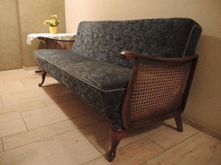 Dieses blaue Sofa kann durch Umklappen der Rückenlehne zu einem Schlafsofa umgewandelt werden. Unter dem Sofa befindet sich eine Aufbewahrungsmöglichkeit für das Bettzeug.Ca. Maße: Länge: 2,00m, Tiefe: 0,80m, Höhe mit Rückenlehne:0,85mCa. Maße Liegefläche: Breite: 1,05m Länge: 1,85mSelbstabholung