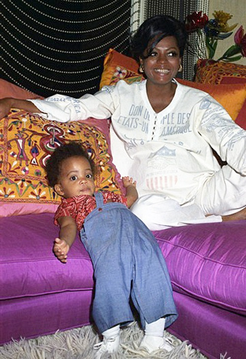1975: Diana Ross (pregnant with daughter Tracee) & her first daughter, Rhonda Suzanne Silberstein. Luv that silk sofa. Gorg!