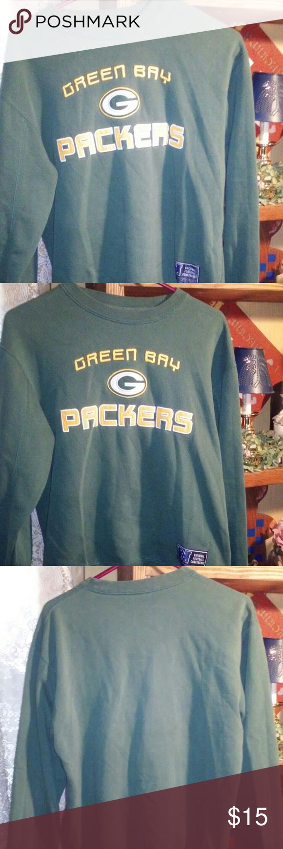 🏈🏈Soft Mens Green Bay Packers Sweatshirt🏈🏈 This is a mens small- medium Green bay packers sweatshirt. The only flaw in this cozy sweatshirt is I removed the tag. ( My skin can be to sensitive at times. Lol) It is warm and cozy. Perfect for the upcoming fall!!!🎃 Shirts Sweatshirts & Hoodies