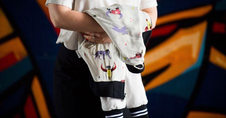 Hati Hati Blouson // Wunderwerk Shirt // Casual Friday Look // #Bamboo #Terry #Cotton #Baseball #Jacke #Fashion #Office #Look #Schwarz #Weiß #Shirt #Tencel #Trends #OOTD // @Wunderwerk Fashion // https://hati-hati.net // Photo: http://eyetakeyourpicture.de // Durch die Modebrille betrachtet ist doch der perfekte Einstieg ins Wochenende, mit einem lässigen Office Look die Arbeitswoche ausklingen zu lassen. Mein Vorschlag: mal mit Baseball Jacke ins Büro.…