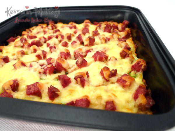 Bayat Ekmek Pizzası Tarifi - Malzemeler : Yarım bayat ekmek, 1 adet yumurta, 3/4 su bardağı süt, 1 su bardağı beyaz peynir, Maydanoz, Salam, Kaşar, 1 silme çay kaşığı kabartma tozu.